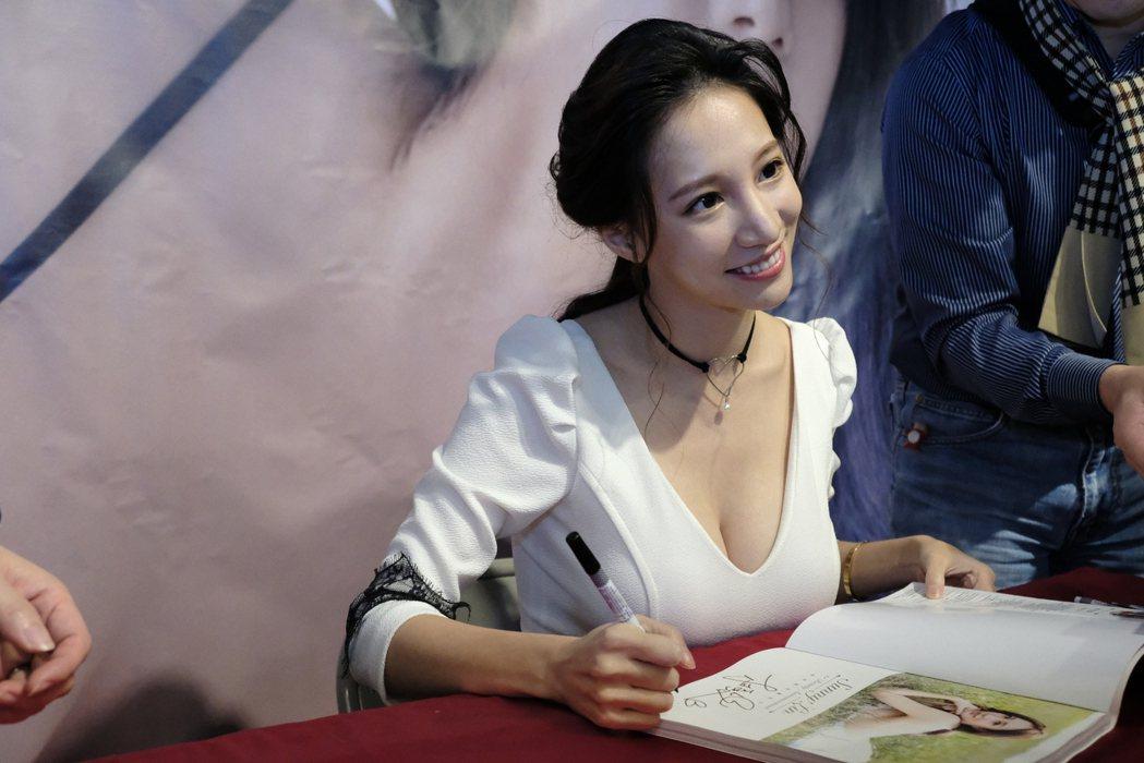林采緹出席寫真書簽名會。圖/尖端提供