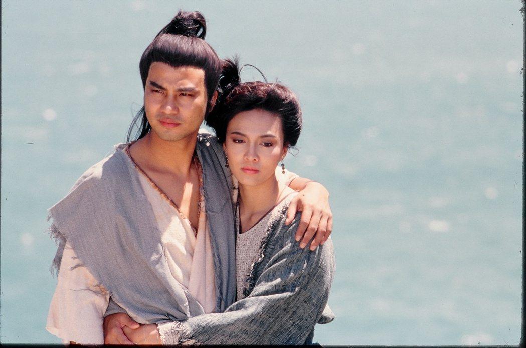 任達華當年在「倚天屠龍記」中和鄭裕玲扮演夫妻。圖/中天提供