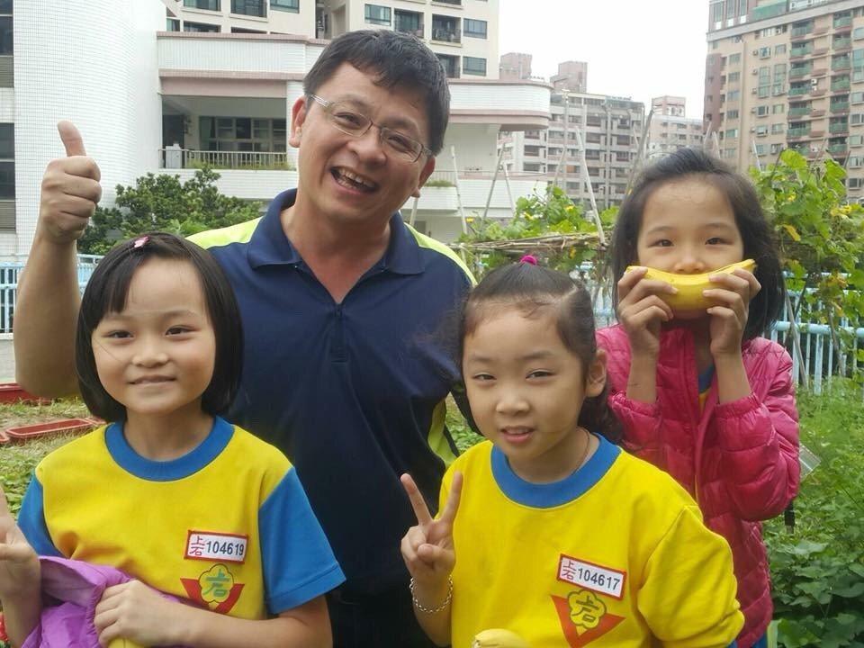 上石國小自然科老師陳培陽(左二)利用3樓教室平台打造「空中良田」,至今種出五穀雜...