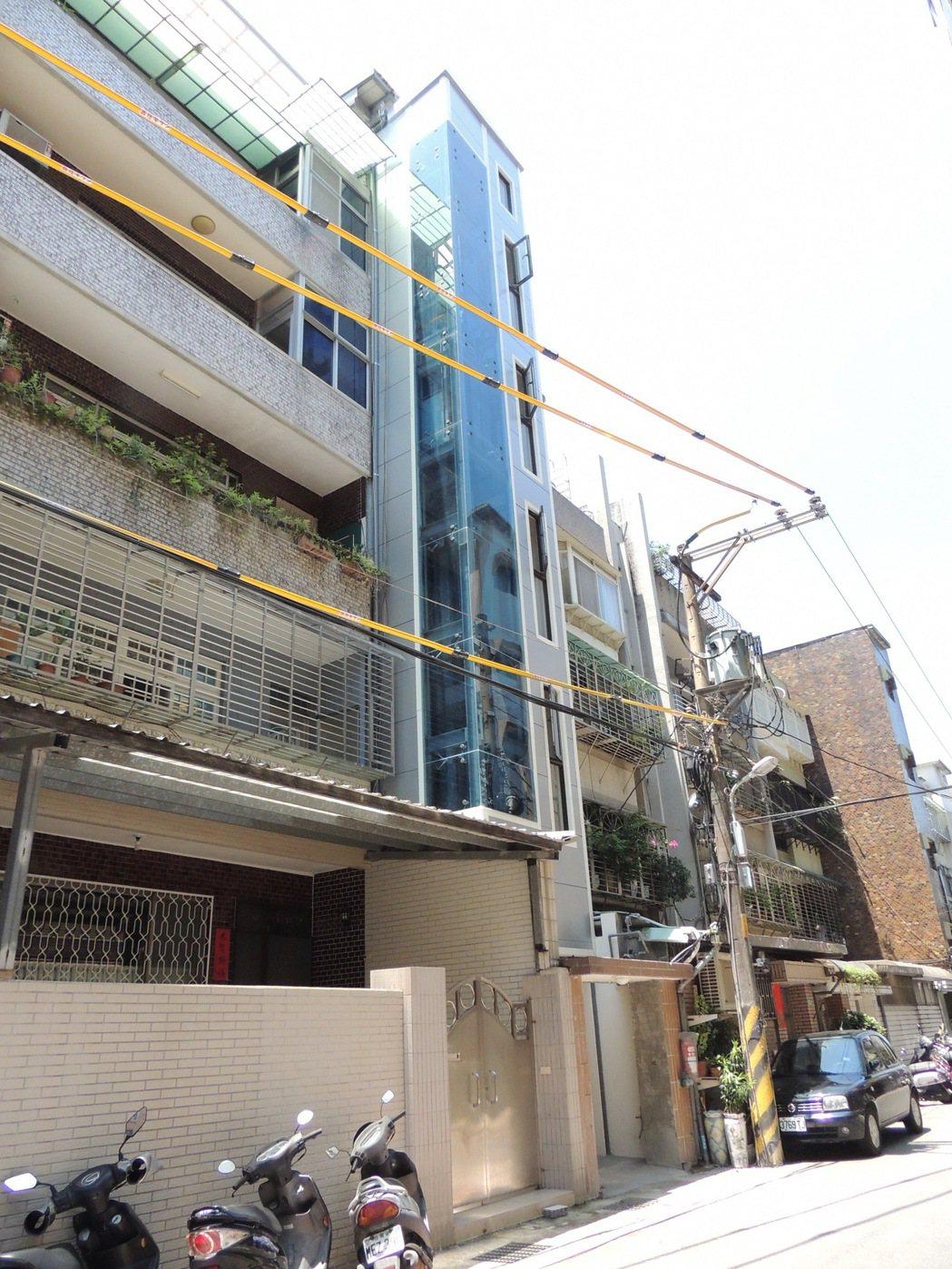 新北市都更處推動老舊公寓加裝電梯補助7年,至今僅2案完工。首案新店明德段由5樓郭...