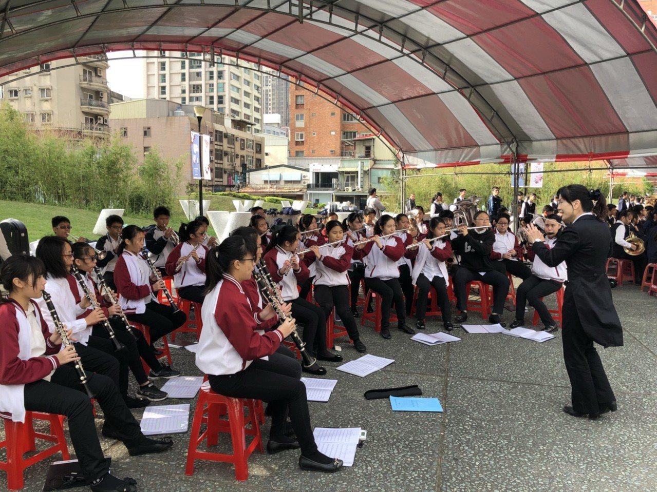 建華國中管樂合奏國中團體A組賽前認真練習,獲特優佳績。圖/新竹市府教育處提供