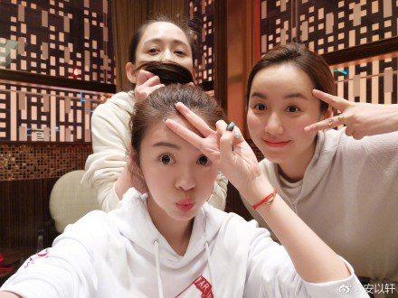 陳喬恩(左起)、安以軒、呂一好姊妹時隔5個月才相聚。圖/摘自微博
