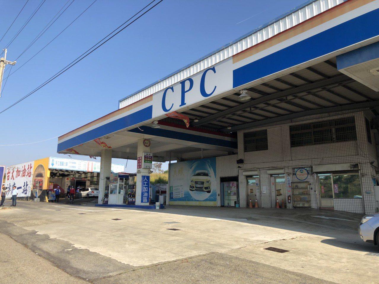 台中市沙鹿區一家加油站今天清晨發生搶案,兩名歹徒得手一萬多元後開車逃離。記者余采...