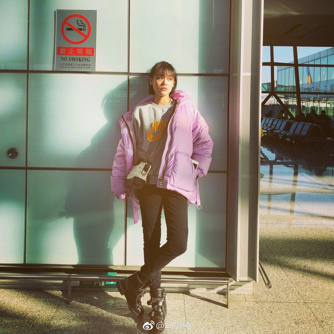 金馬影后馬思純身穿淡紫色羽絨衣現身機場,反應了年度代表色在造型上的運用。圖/摘自...
