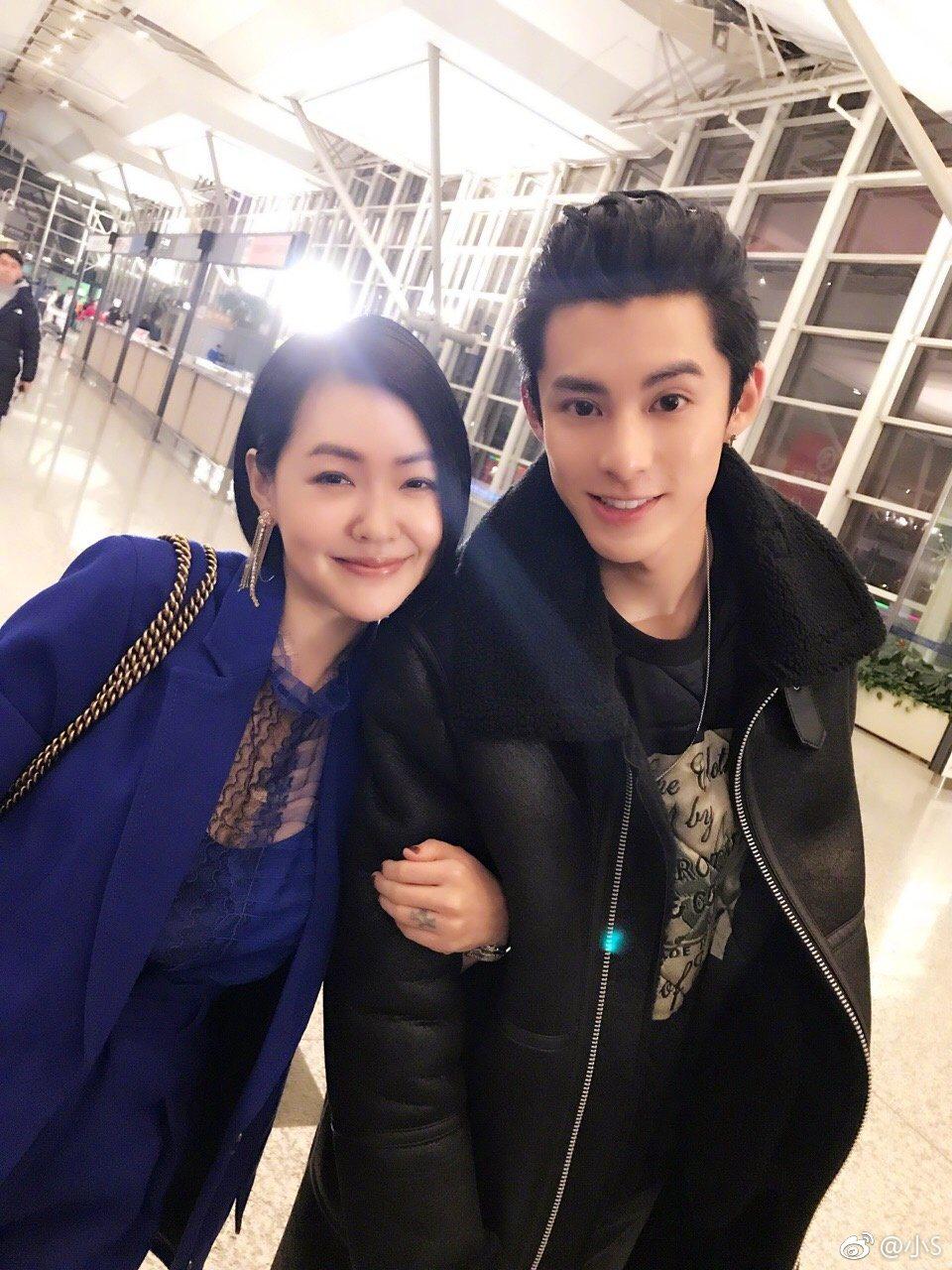 徐熙娣小S(左)率先穿上2018代表色的紫外光套裝,與新版「流星花園」的演員合照...