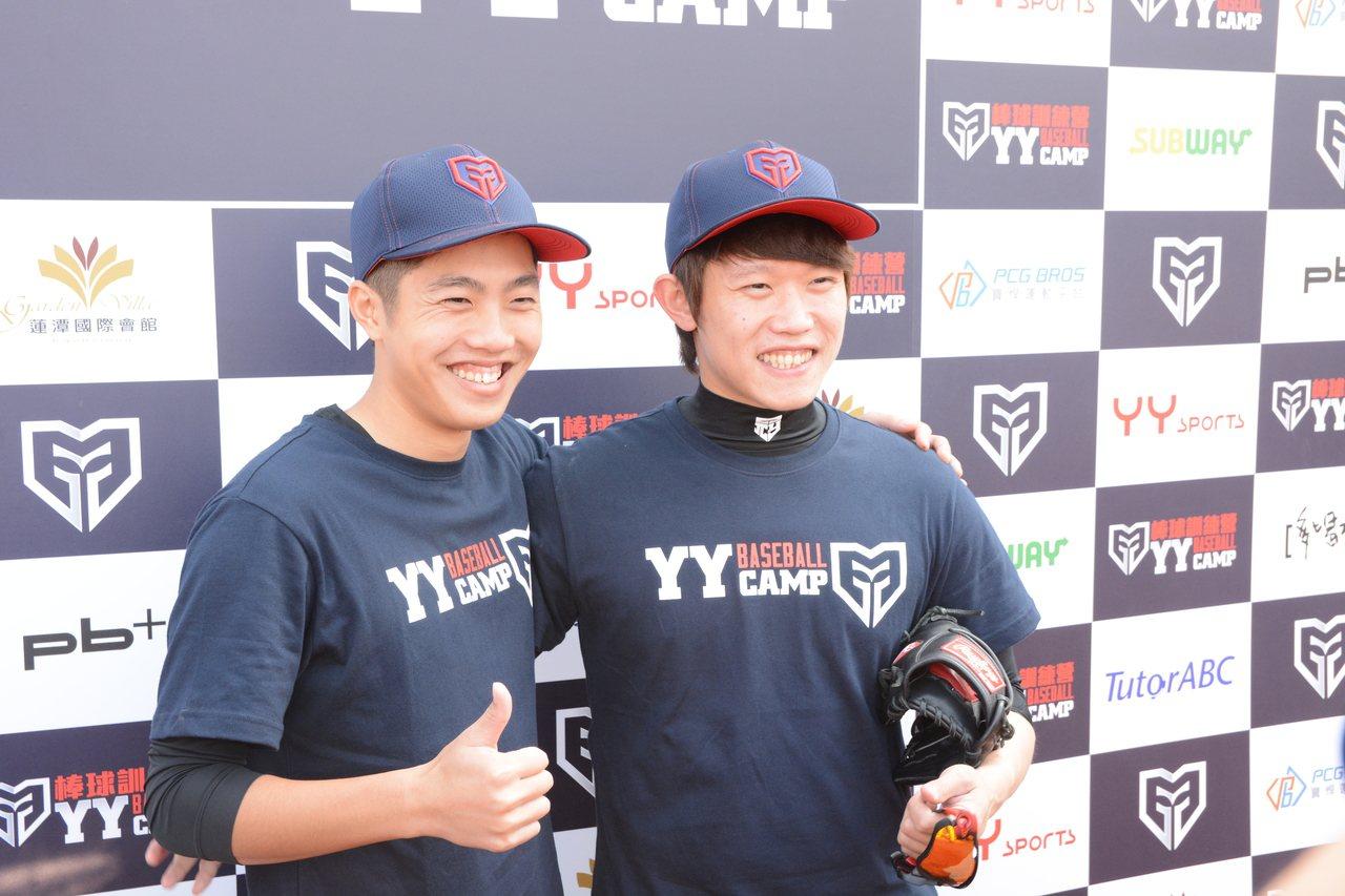 呂彥青(左)今年加盟阪神虎隊,身為日職前輩的陳冠宇(右)也給予建議。記者蘇志畬/...