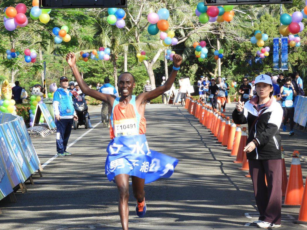 來自肯亞的Muteti Lukas Wambua摘下全馬男子組冠軍。 圖/展...