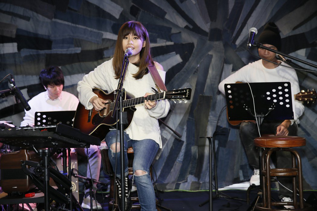 吳汶芳先聲奪人在台北Legacy mini開唱。圖/福茂唱片提供