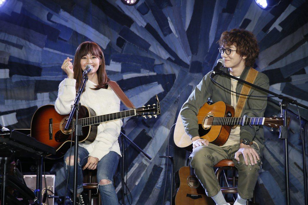 吳汶芳(左)先聲奪人在台北Legacy mini開唱,找來謝震廷(右)當嘉賓。圖...