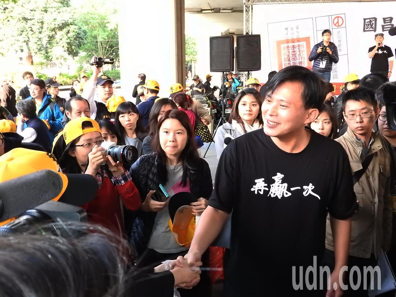 時代力量今在汐止火車站前舉辦造勢活動,聚集約千人到場支持。黃國昌與現場支持者熱情...