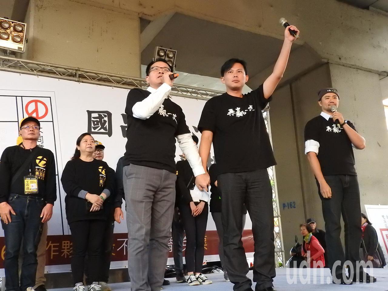 時代力量今在汐止火車站前舉辦造勢活動,聚集約千人到場支持。黃國昌(前右)呼籲,下...