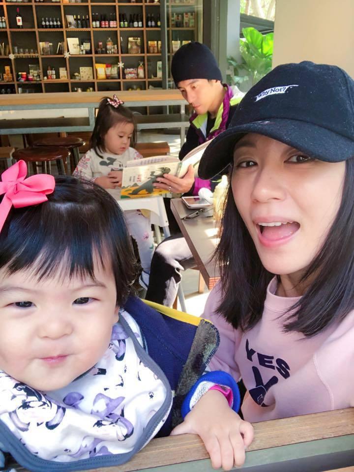 賈靜雯(右)休假帶娃吃早午餐。圖/摘自臉書