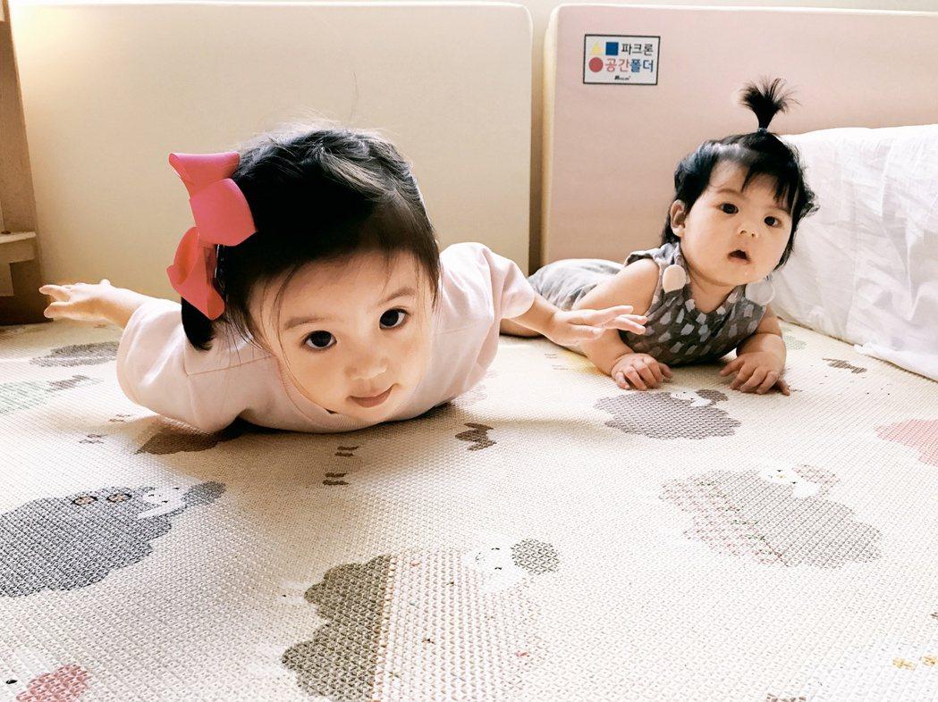 咘咘(左)與Bo妞姊妹花一舉一動都超萌。圖/時報文化提供