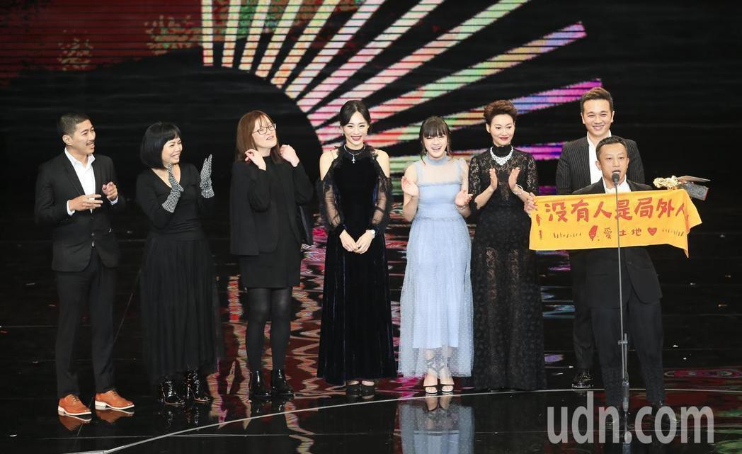 導演楊雅喆舉著「沒有人是局外人」的布條。本報系資料照
