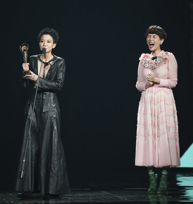 盧凱彤上台謝太太,魏如萱在旁大樂。本報資料照
