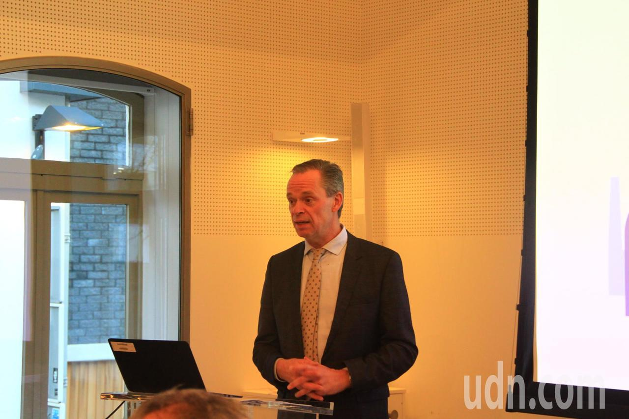 飛利浦照明全球公共及政府事務負責人Harry Verhaar談到轉型過程,指出「...