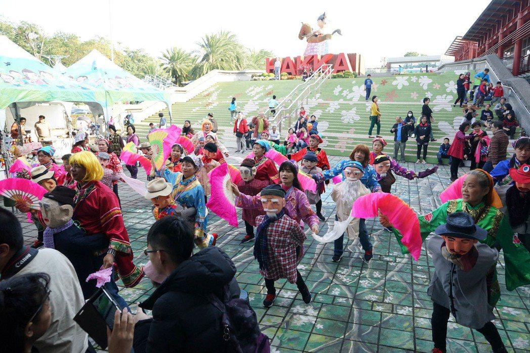 桃園市新屋區里長劉得亮等人與哈客寶貝兒童歌謠班一起演出客家傳統舞蹈「公揹婆」,贏...