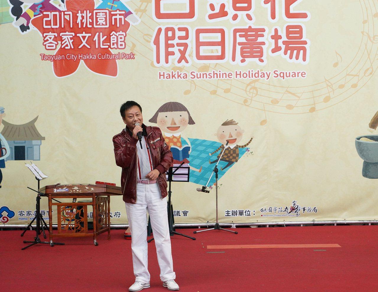客家歌壇大師林展逸高歌經典客家歌曲,贏得台下熱烈掌聲。圖/客家事務局提供