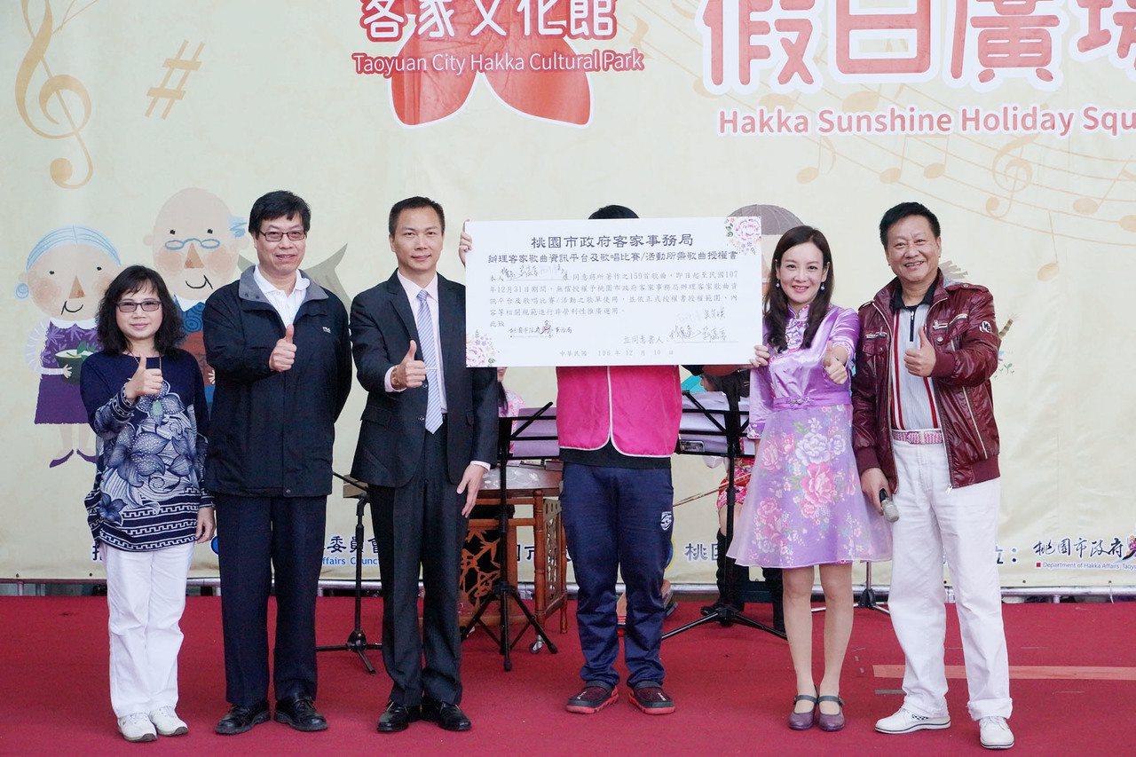 客家歌壇大師林展逸(右1)與作曲者鍾祥清(左2)、編曲者吳艾媄(左1)及音圓公司...
