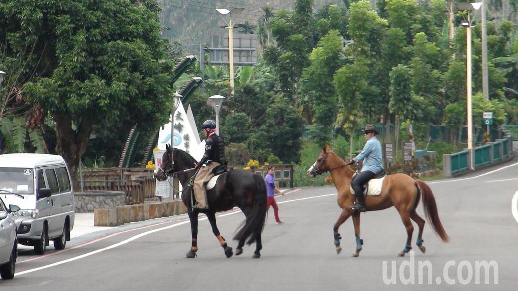 陸海鎮(右)小時在電影看騎馬英姿,沒想到長大後竟能騎馬圓夢。記者謝恩得/攝影