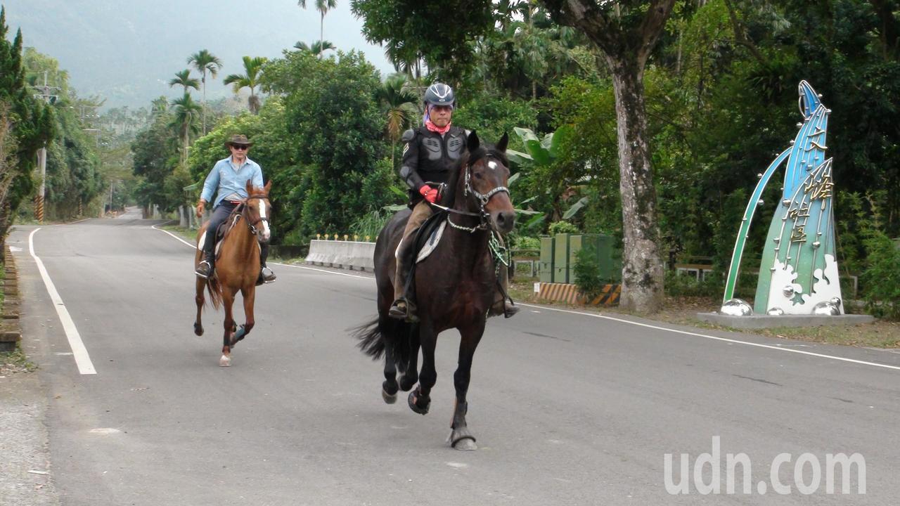 陸海鎮(左)陪同吳姓友人騎到竹崎鄉文峰遊客中心。記者謝恩得/攝影