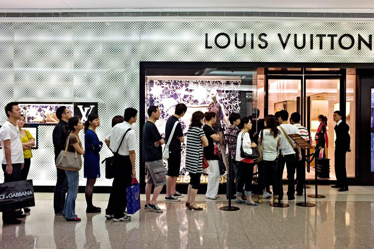 未來三年中國的消費規模將擴大至6兆美元,圖為中國消費者排隊進入上海購物中心路易威...