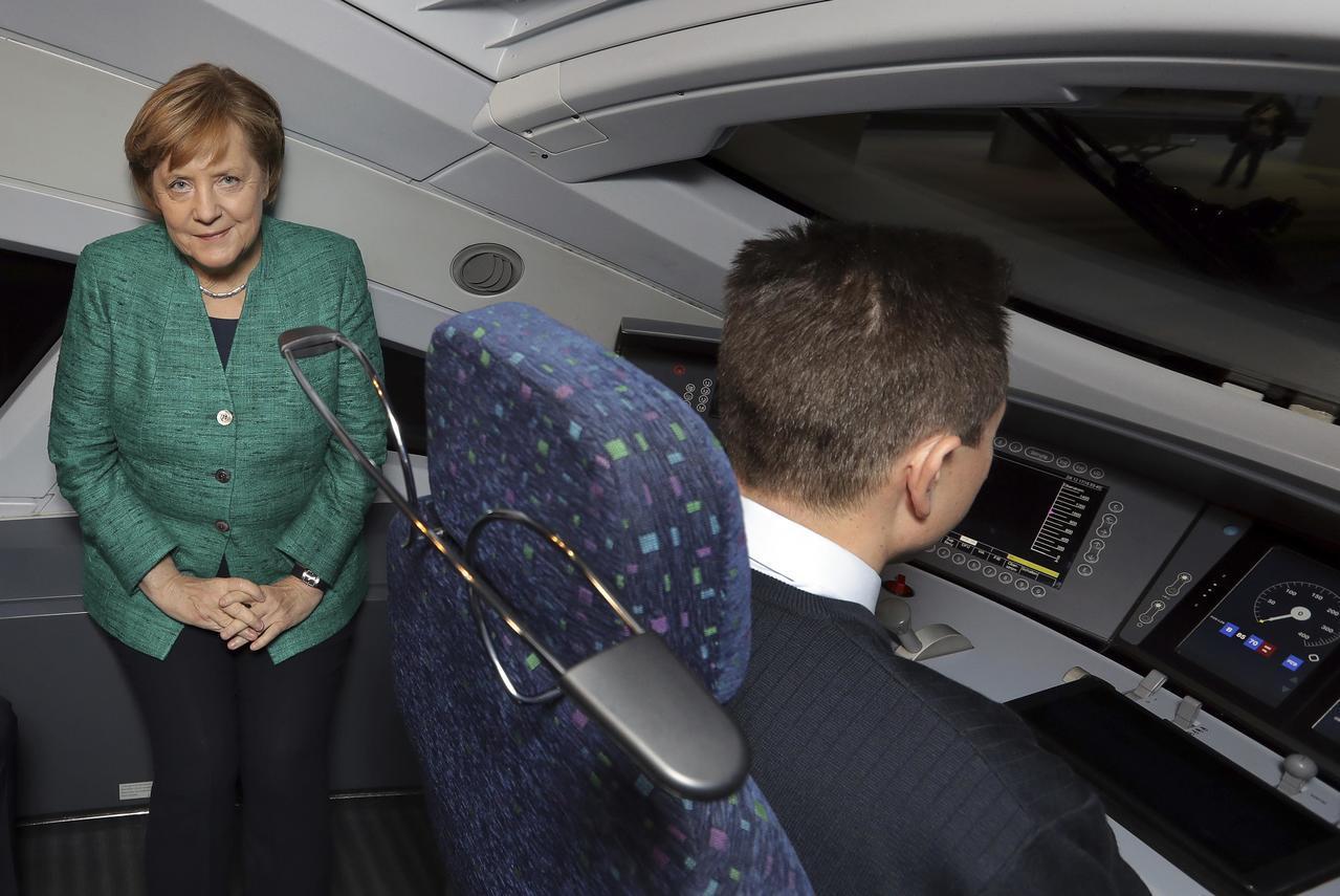 德國總理梅克爾9日試乘柏林到慕尼黑的提速高鐵。路透