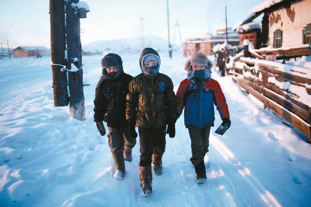 極地地區的學生長年忍受暴風雪上下學,網友直呼太強了! (圖/取自網路)