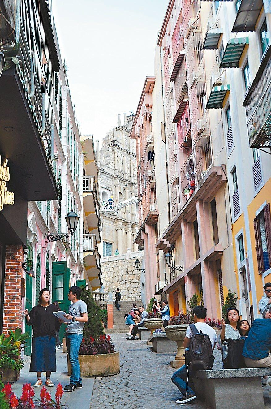 充滿葡萄牙式建築風情的戀愛巷。 記者魏妤庭/攝影