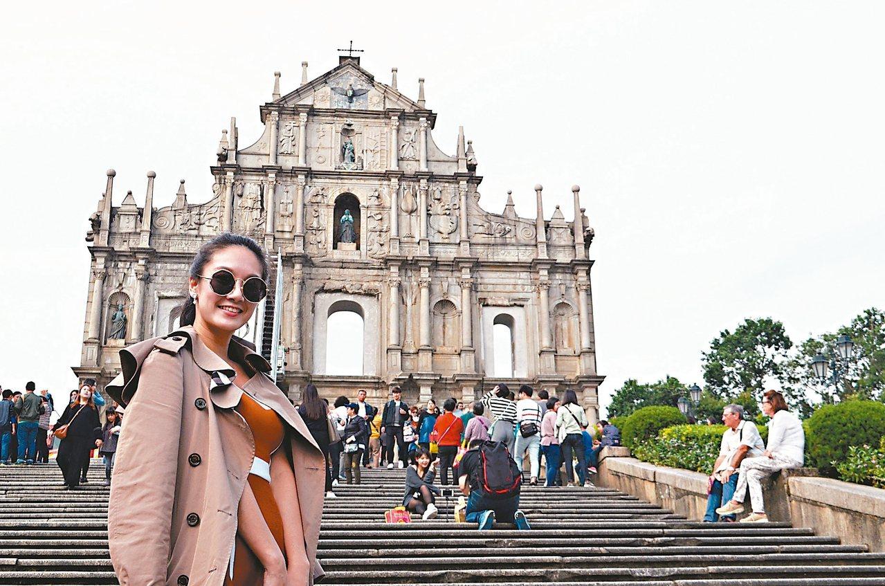 大三巴牌坊可是觀光客來此參觀必拍照留念的景點。 記者魏妤庭/攝影