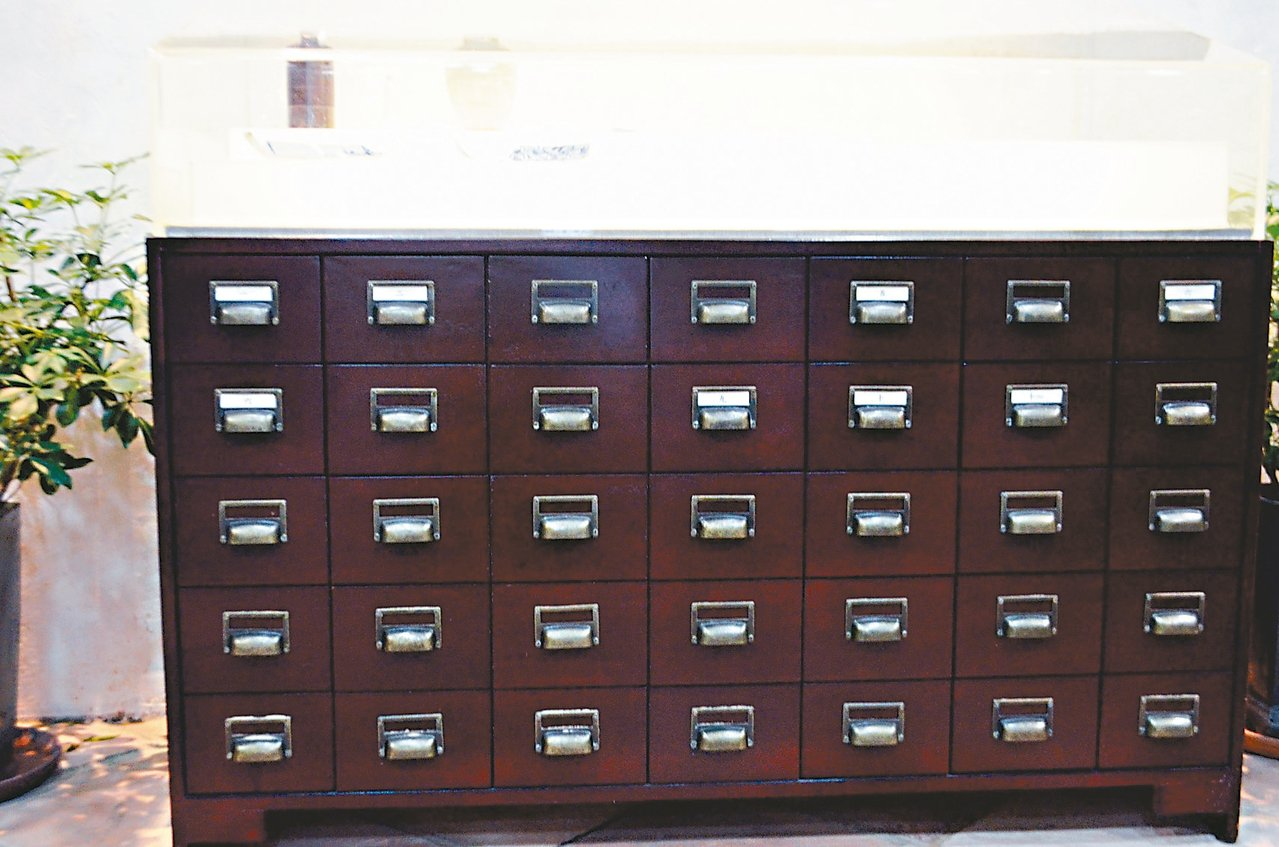 中西藥局內擺放了當初國父孫中山在此行醫的設備。 記者魏妤庭/攝影