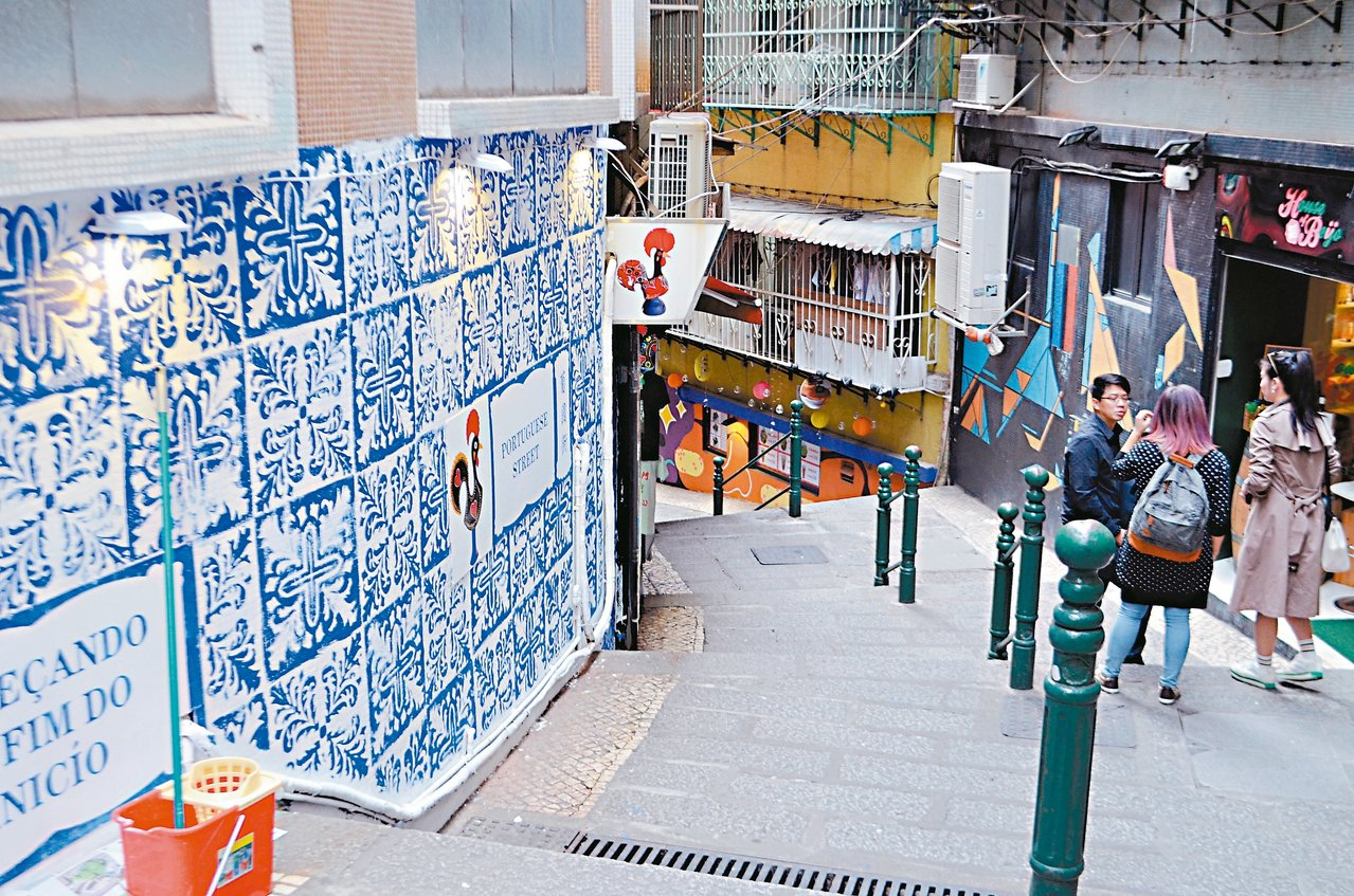 大關斜巷下的階梯,店家自行彩繪裝飾牆面。 記者魏妤庭/攝影