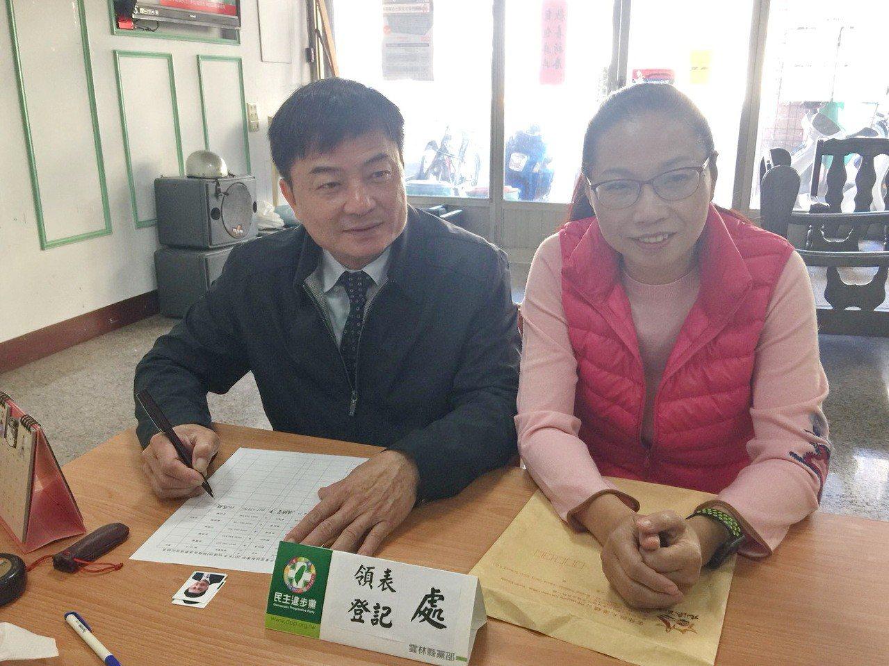 尋求連任的北港鎮長張勝智也在黨內初選登記最後一天在太太陪同下完成登記。 記者蔡維...