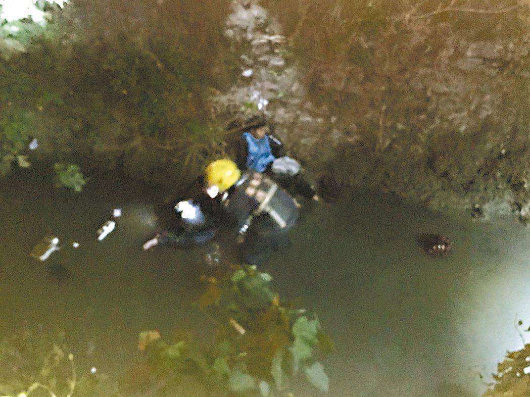 有傷者被撞跌落三米深溪底,消防隊員前往救出受困民眾。 記者蔣繼平/翻攝