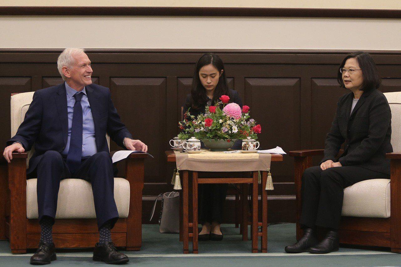 總統蔡英文(右)11日在總統府,接見美國在台協會(AIT)主席莫健(James ...