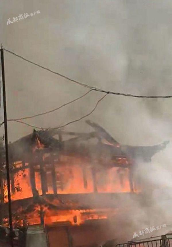 「亞洲第一高木塔」四川靈官樓大火 16層木塔成灰燼。圖取自YouTube