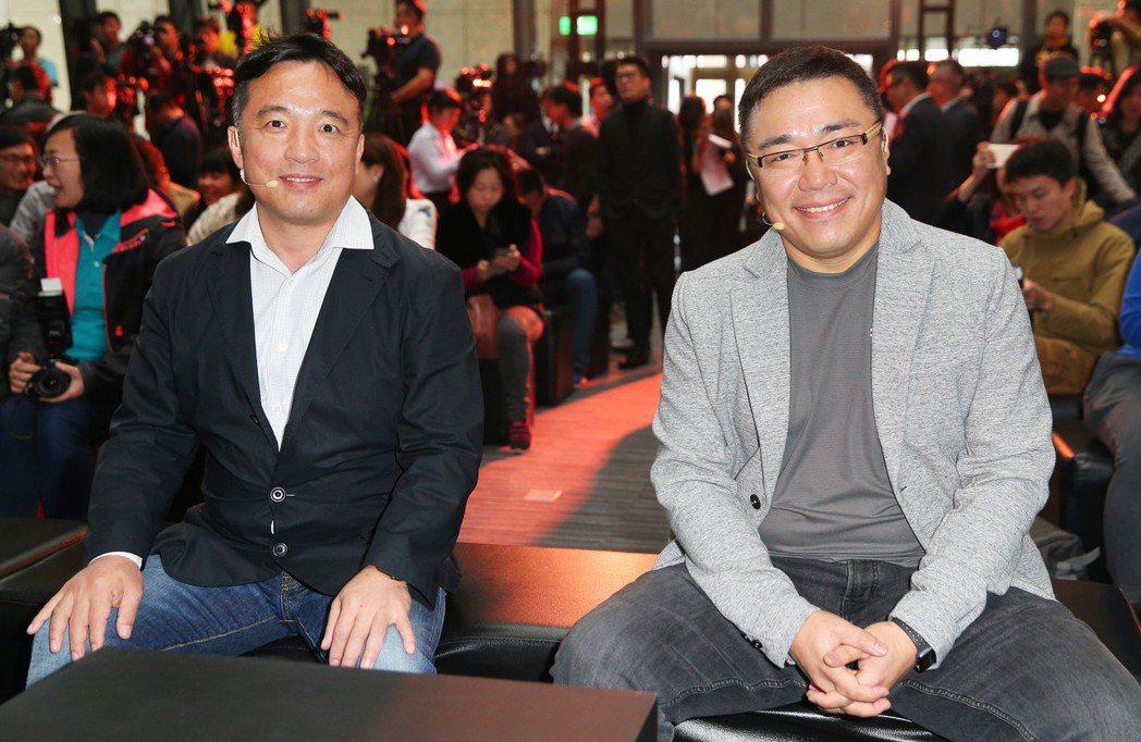 《天堂M》昨日正式上線,橘子董事長劉柏園(左)、NCSOFT執行長金澤辰(右)出...