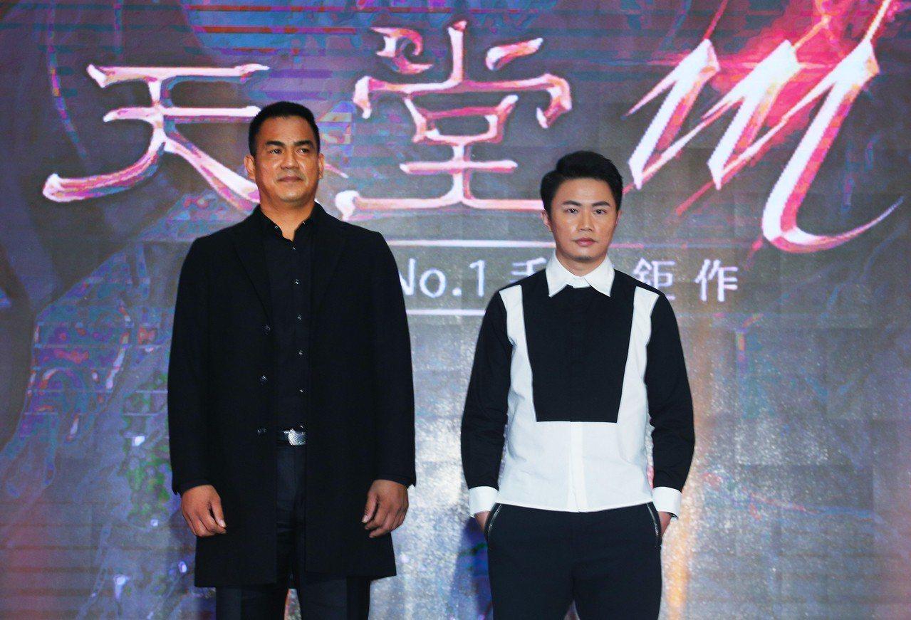 《天堂M》昨天正式上線,由棒球好手陳金鋒(左)、設計師聶永真(右)一起為遊戲代言...