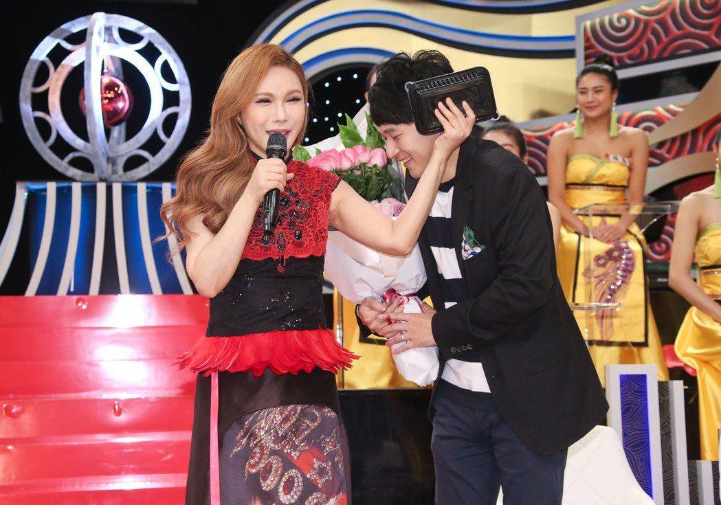 利菁(左)新節目開播,老公(右)也現身祝賀。 圖/中天電視提供