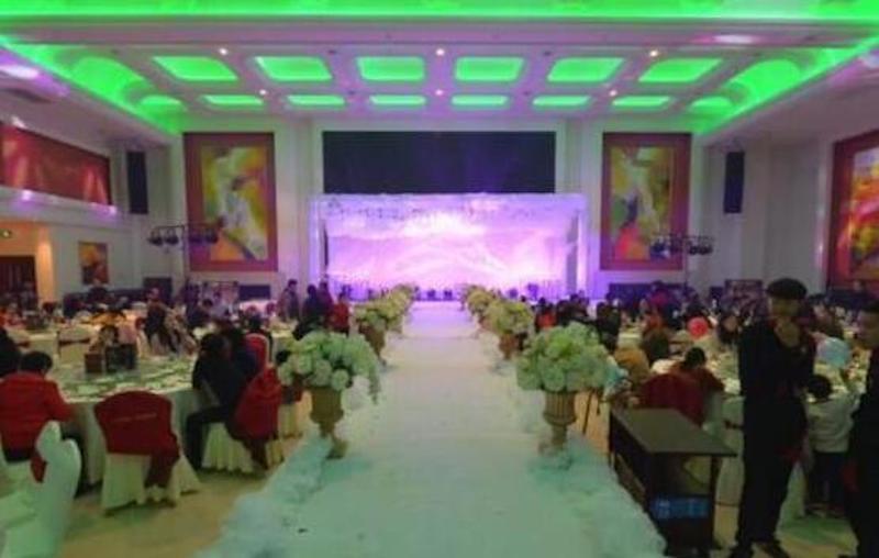 大陸合肥一對新人委託婚宴公司佈置婚禮,沒想到佈置完成的婚宴現場看起來十分詭異。圖...