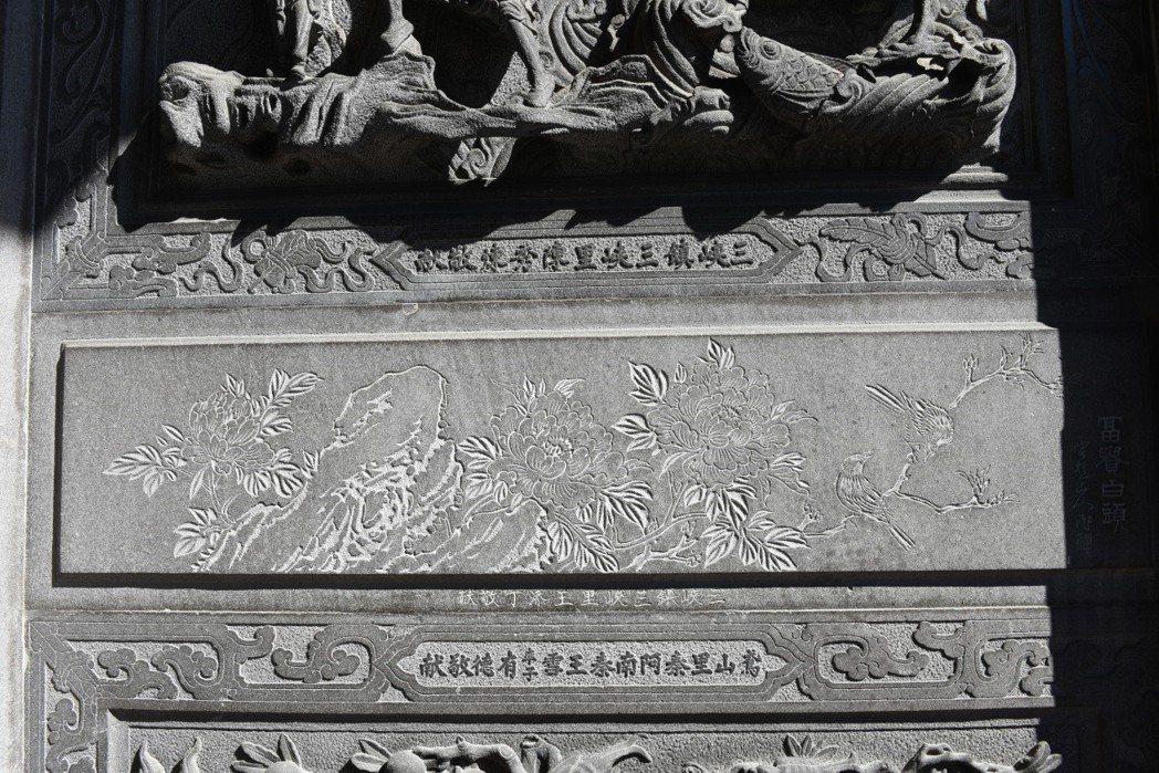 三峽祖師廟可見到台展三少年作品,此圖為林玉山所作「富貴白頭」。 圖/作者自攝