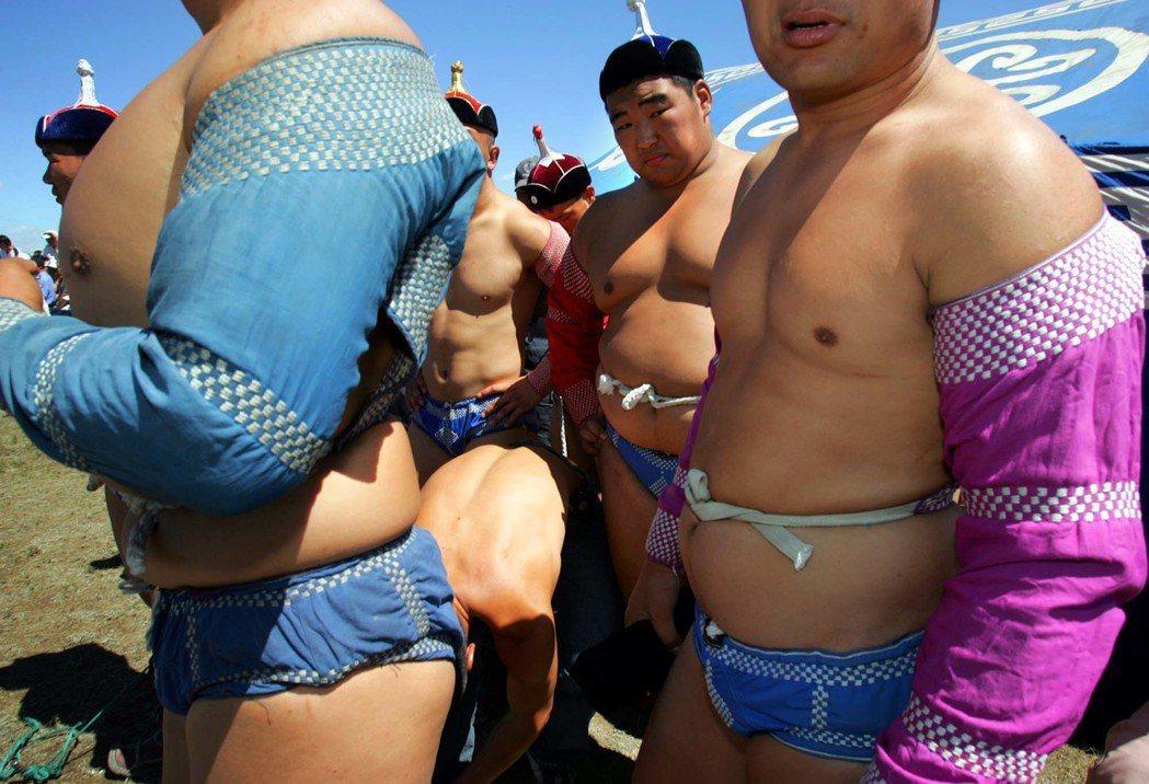 為了避免女人參賽,蒙古國的博克選手不僅上身裸露,且屁股上只用一根繩子綁住兩塊布,...