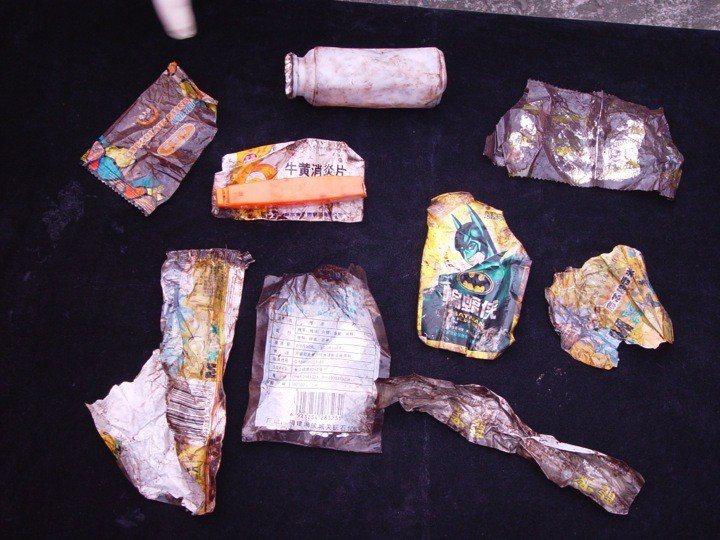 擱淺鯨豚胃裡發現的各種垃圾。圖/鯨豚協會提供