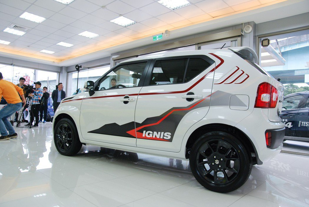 IGNIS 特仕車透過車身的彩繪貼紙,讓原本就「潮味」十足的小車更具動感。 記者林鼎智/攝影