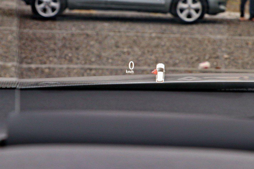 旗艦車型更配備HUD全彩液晶抬頭顯示器。 記者陳威任/攝影