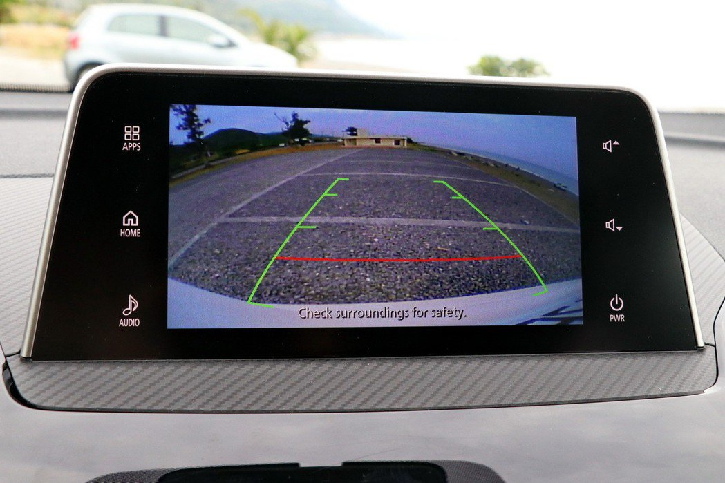 中階車型以上配備倒車顯影功能。 記者陳威任/攝影
