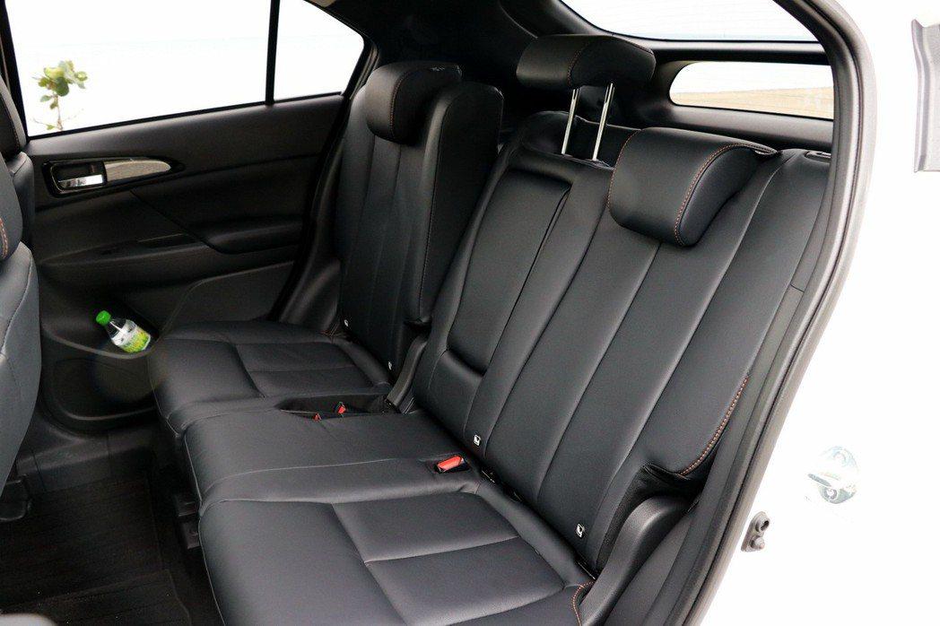 後座除了可以前後滑移還可以調整角度。 記者陳威任/攝影