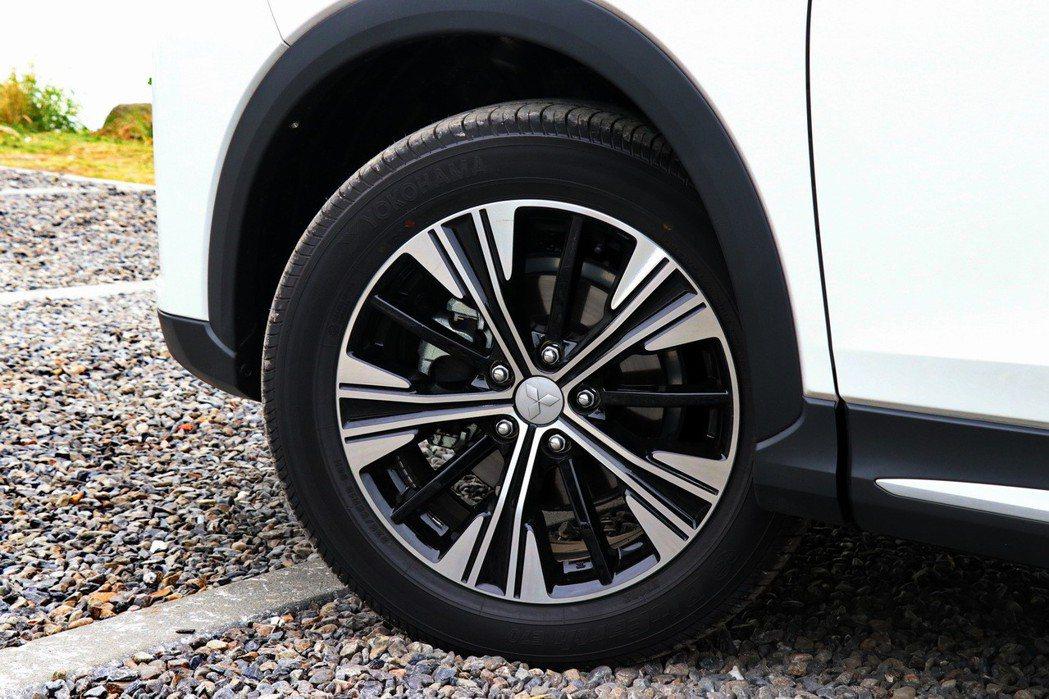 18吋的雙色輪圈則讓整體造型更為加分。 記者陳威任/攝影