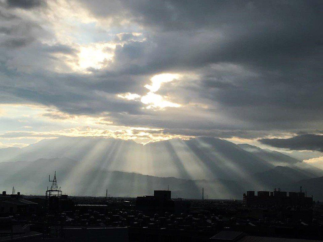 圖為八月的大武山,龍應台為了等待大武山的日出特別早起,但11月之後就不曾看見了。...