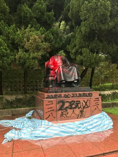 陽明公園蔣公銅像4月遭砍頭,並潑寫228事件元凶。 圖/公園處提供